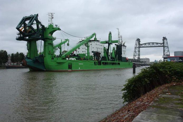 Spartacus is voor een laatste test op zee onderweg naar De Hef in het centrum van Rotterdam.