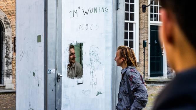Bob bivakkeert 24 uur in een telefooncel als protest tegen woningnood: 'Of ik voor 24 uur zuurstof heb? Geen idee'