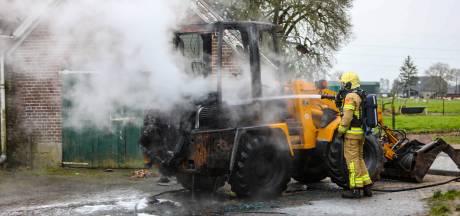 Rookzuil boven brandende shovel in Klarenbeek in wijde omgeving te zien