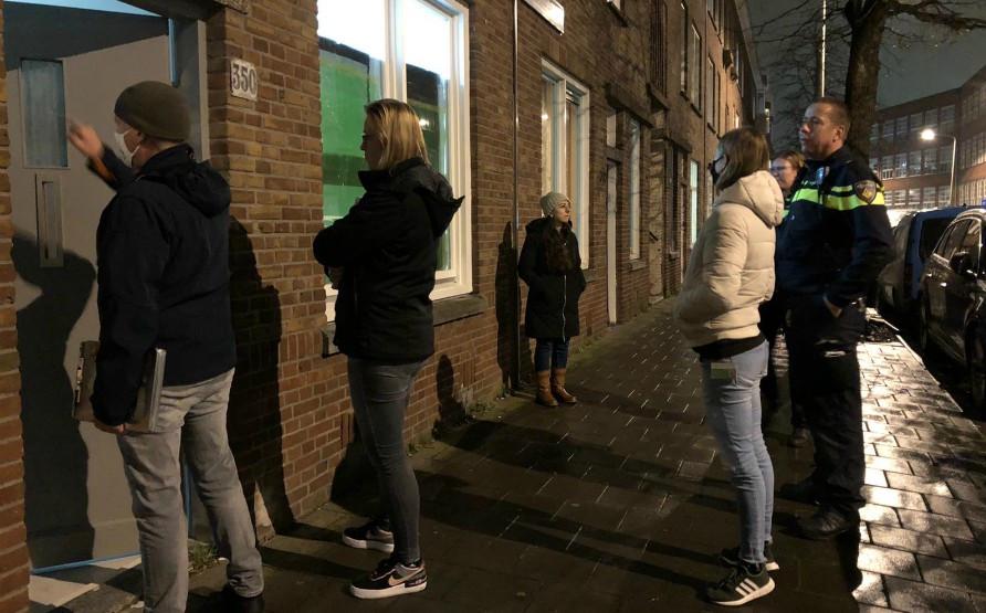 Medewerkers van de Haagse Pandbrigade controleren woningen in de Haagse wijk Transvaal.