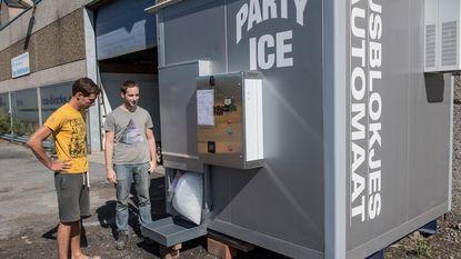 """Familiebedrijf lanceert eerste ijsblokjesautomaat in ons land: """"Verkoeling op elk moment van de dag"""""""