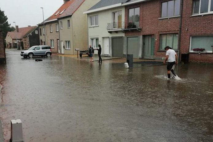 De Honegemsstraat in Erpe kreeg alle water van de Gentsesteenweg en daarnaast liggende winkelparkings te slikken.