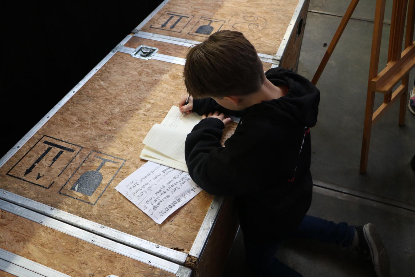 Mees Nieuwenhuis (10) wil later journalist worden en maakt voor zijn schoolkrant en de GGD een verslag van de dag van de kinderrechten.