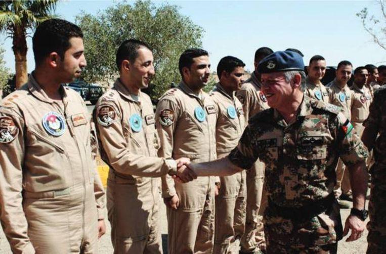 De Jordaanse piloot met enkele van zijn collega's. Beeld Dabiq