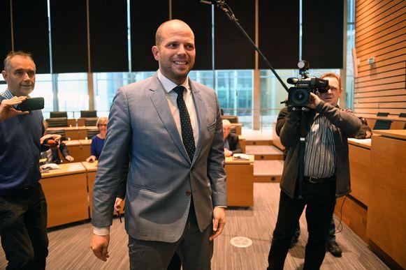 Theo Francken (N-VA) is niet van plan om toe te geven aan de kritiek van Groen op een hoofddoekenverbod in Lubbeekse scholen.
