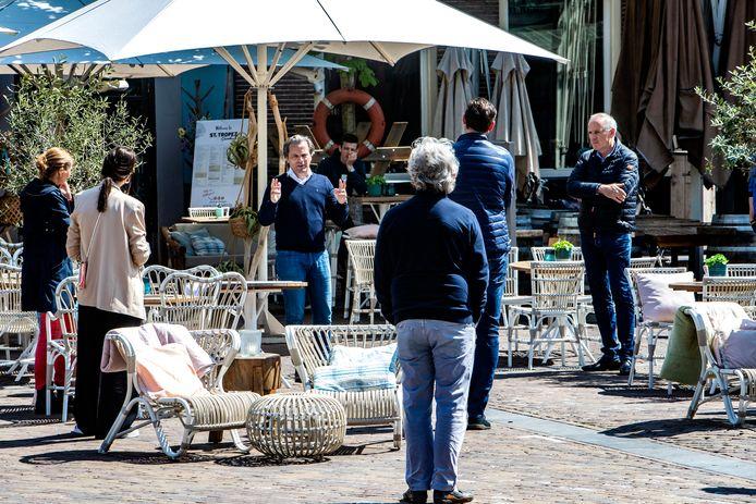 Beeld van een week of twee geleden, toen de horeca en binnenstadsmanager Peter Brouwer proefopstellingen maakten op de Brink met extra vierkante terrasmeters in de coronacrisis.