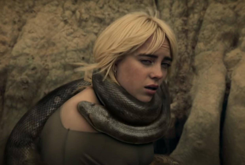 In de clip wikkelt een enorme anaconda zich om de nek van Billie Eilish. Beeld YouTube Billie Eilish