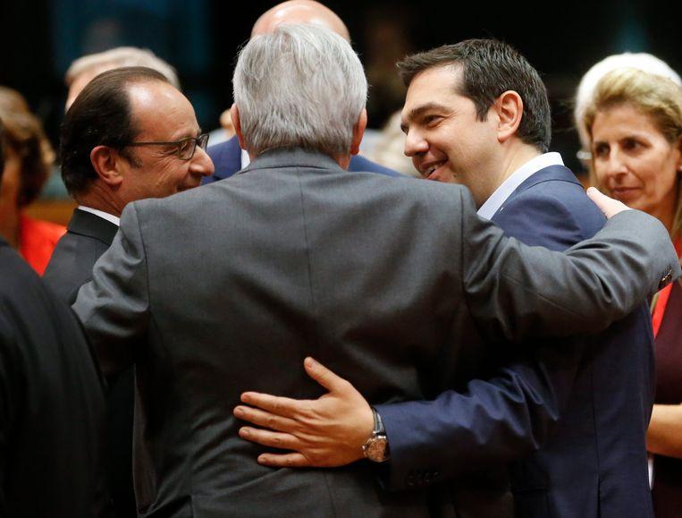 Een knuffel tussen de Franse president Hollande, de Griekse premier Alexis Tsipras en Commissievoorzitter Jean-Claude Juncker bij de start van de Eurotop. Een teken van vooruitgang? Beeld EPA
