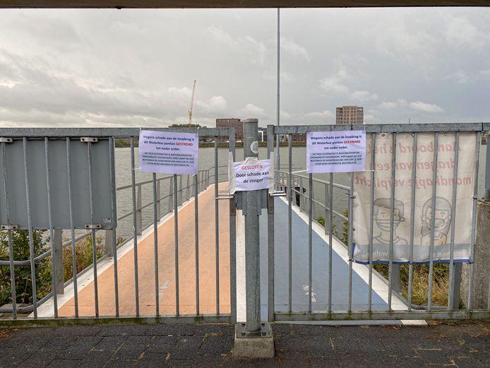 De waterbushalte Papendrecht Veerdam kan voorlopig niet worden gebruikt nadat er dinsdagavond een waterbus tegen de loopbrug aanbotste.