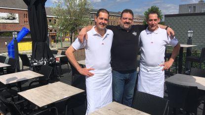 Restaurant Karfoer is nieuwe trekpleister in het centrum: VW Kever blijft aan gevel hangen