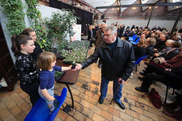 De 500 mensen die afscheid kwamen nemen van Doris kregen na de dienst viooltjes van de kleinkinderen.