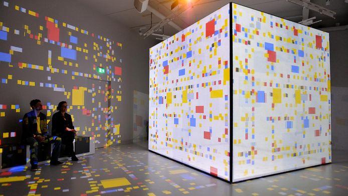 De New Yorkzaal toont het abstracte werk op een kubus.