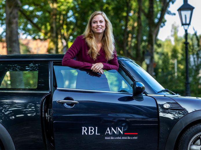 Annerie van den Ham in haar gloednieuwe auto waarmee ze haar gin-merk RBL ANN promoot.