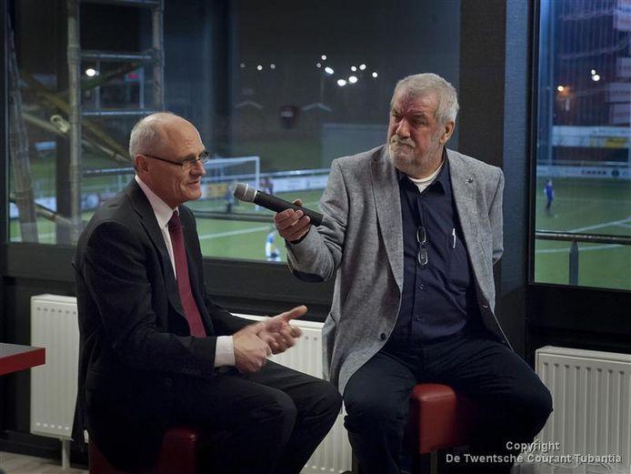 Wim Neeskens (rechts) interviewt zijn boezemvriend Gerard Sanderink in 2013 in een bijeenkomst van de businessclub van Excelsior '31.