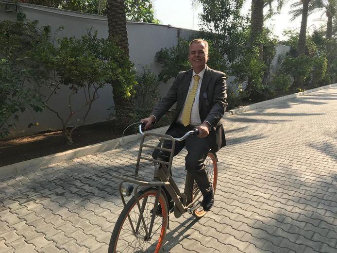 Ambassadeur Michel Rentenaar op de fiets in Bagdad.