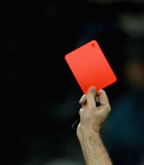"""Voetballer die na rode kaart twee supporters neerklopt, in beroep vrijgesproken: """"Niet meer geweld gebruikt dan nodig"""""""