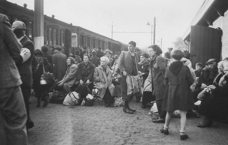 23 mei 1943: Joden afkomstig uit SS-concentratiekamp Vught wachten op het station van de Brabantse plaats op deportatie naar Westerbork. Dit is een van de drie foto's die Nationaal Monument Kamp Vught op eBay heeft gekocht. Het zijn vooralsnog de enig bekende foto's van Jodendeportaties uit Vught.  Beeld Collectie Nationaal Monument Kamp Vught