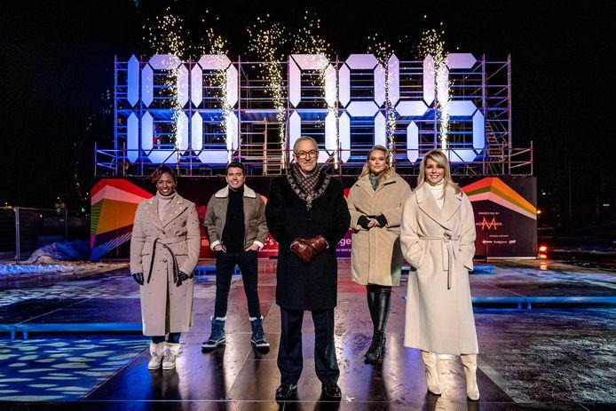 Songfestivalpresentatoren Edsilia Rombley, Jan Smit, Nikkie de Jager en Chantal Janzen met de Rotterdamse burgemeester Aboutaleb bij de digitale aftelklok. De klok telt dagelijks terug tot de finale op 22 mei in Ahoy.