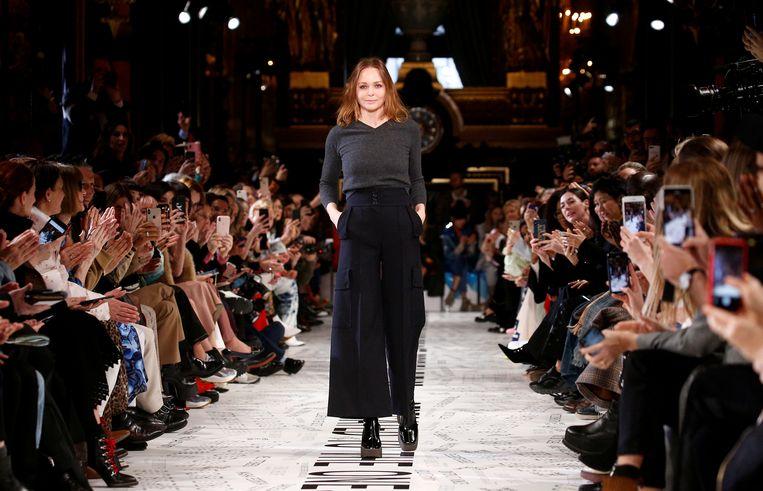 Stella McCartney tijdens haar show op de Parijse modeweek in maart. Beeld REUTERS