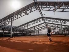 Het dak kan eraf, dus nu kun je 'buiten' weer tennissen bij ZUITNL in Etten-Leur