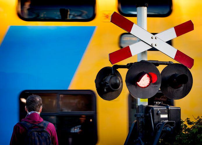 Foto van spoorwegovergang ter illustratie.