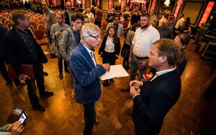 Mensen willen graag dat Pieter Omtzigt zich hard maakt voor hun zaak, maar dat is voor het Enschedese Kamerlid nog even lastig. Hij is herstellende van een burn-out en moet het als eenmansfractie alleen rooien.