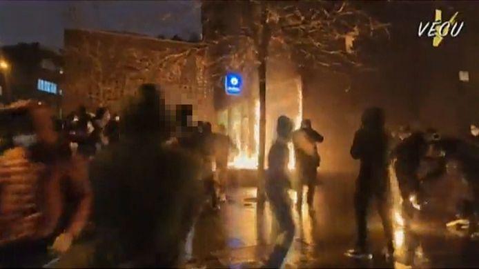 Beeld van de brandstichting aan de politiepost.