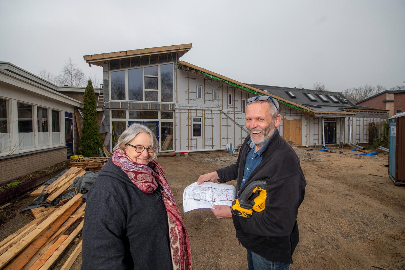 Schoolleider Hannah de Vos- Beckers met architect Michaël de Vos voor Aventurijn. Een deel van de school wordt na een brand weer opgebouwd.