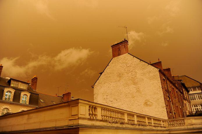 Boven het Franse Rennes kleurt de lucht oker.