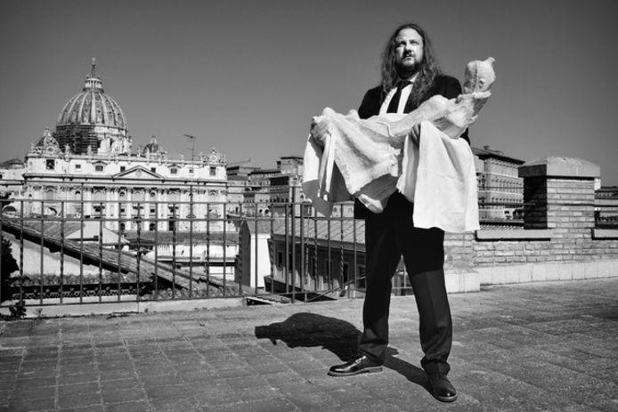 Johan Tahon met het beeld Métanoia in Rome.