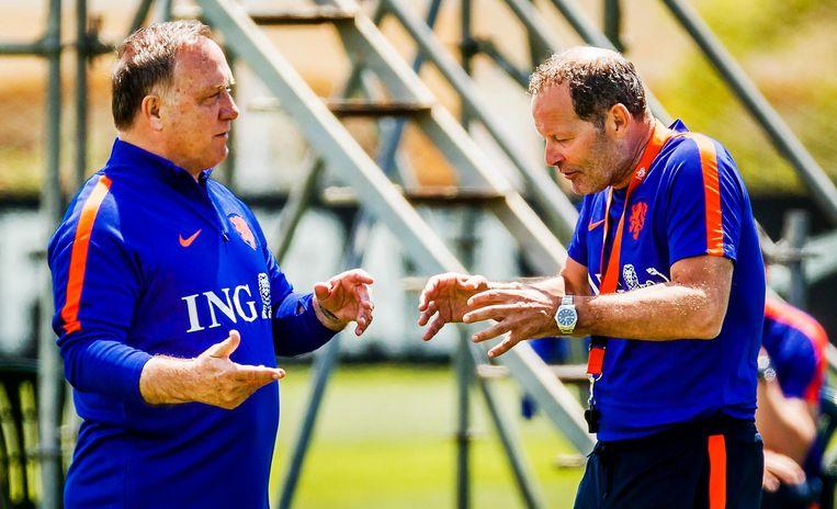 Dick Advocaat als assistent van Danny Blind tijdens een trainingskamp in Portugal in mei 2016 Beeld anp