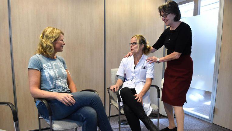 Elvira Lang (rechts) traint artsen in het Deventer Ziekenhuis in 'matching'. Beeld Marcel van den Bergh