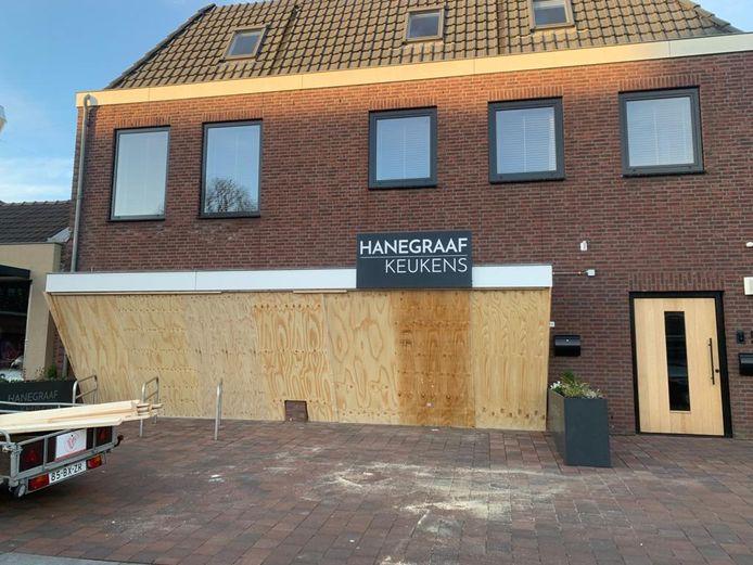 Winkeliers timmeren panden dicht aan 't Dorp in Heesch.