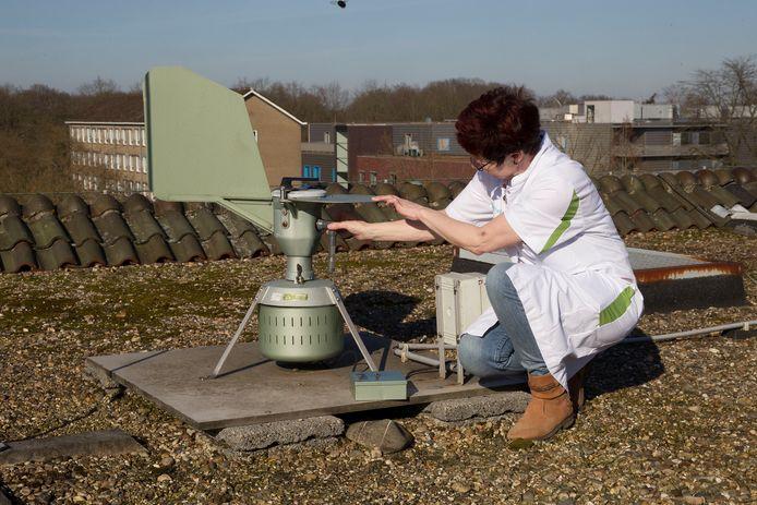 Maria van den Eijnden-Manders bij het opvangstation voor pollen op het dak van het Helmondse Elkerliek ziekenhuis.