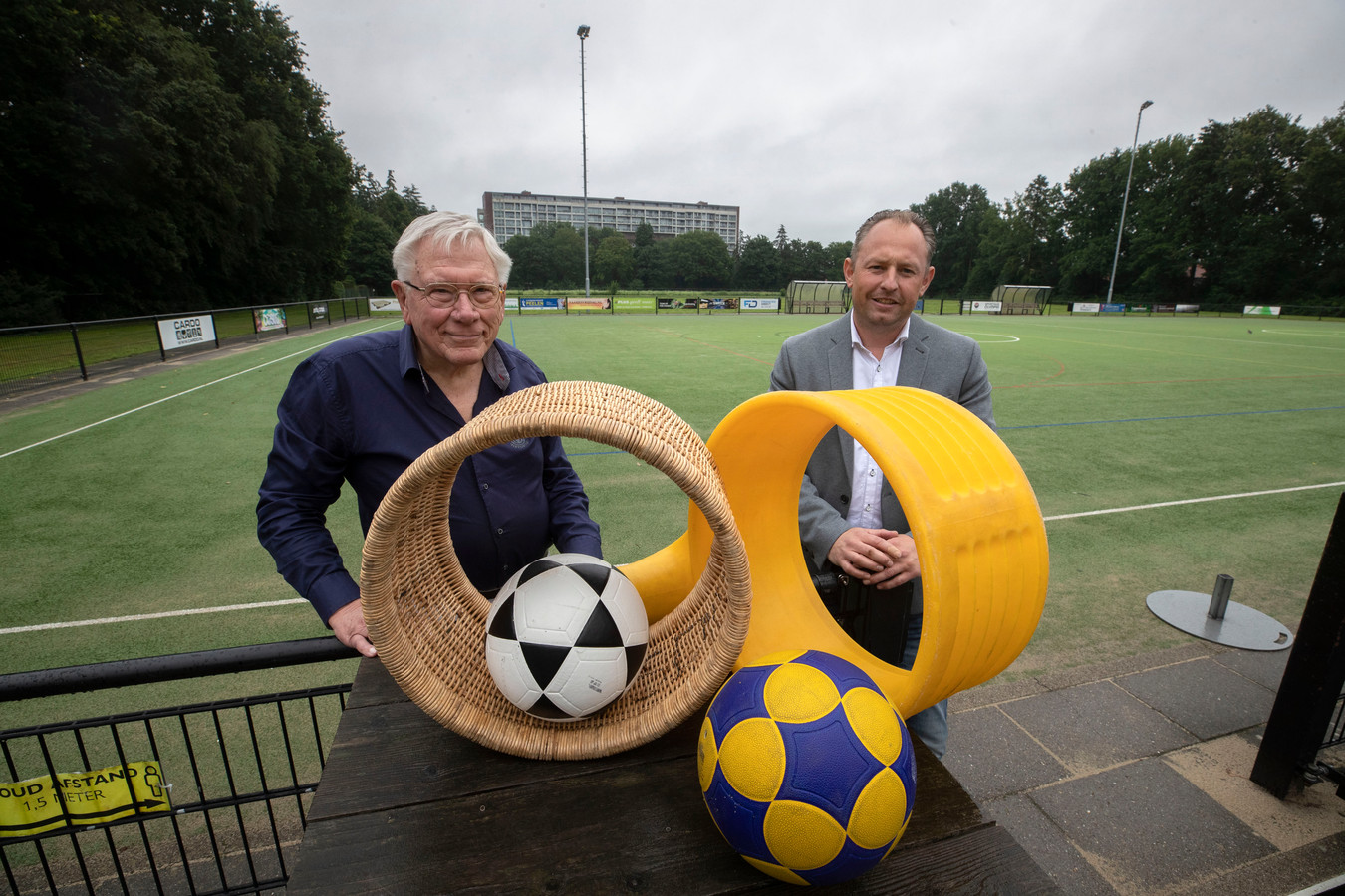 Korfbalclub SDO bestaat 75 jaar. Op de foto lid van het eerste uur Joop Alferink (links) en voorzitter Joeri Bosch.