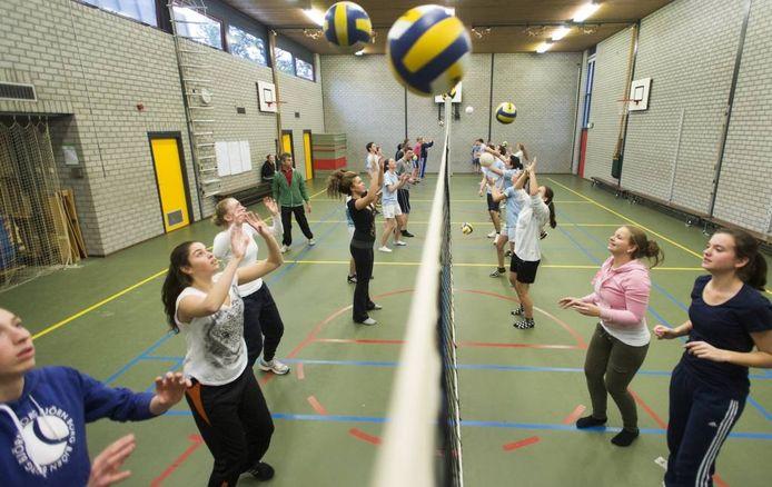 Meisjes zijn aan het volleyballen tijdens een gymles: de meesten zouden veel liever dansen of paardrijden. foto Hollandse Hoogte
