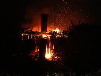 Poolhouse gaat volledig in vlammen op na feestje