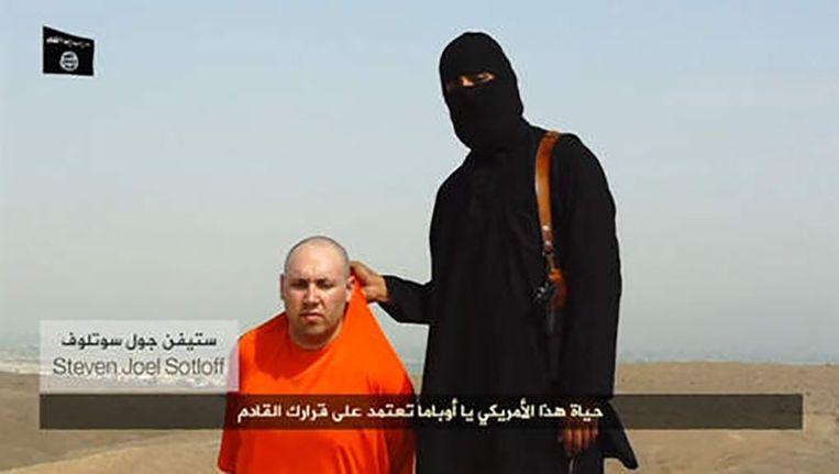 Screenshot uit de video waarin de IS-beul dreigt dat Sotloff de volgende zal zijn die vermoord zal worden Beeld Reuters