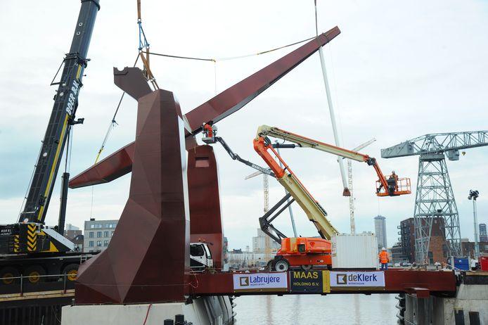Het werk aan de nieuwe Dokbrug in Vlissingen ging het hele weekeinde door.