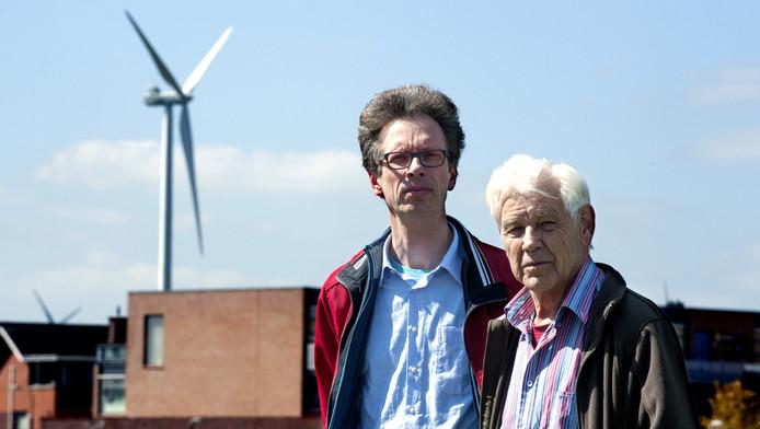 Jaap Swierstra (r) en Jan Wassenaar vinden dat de windmolens in Houten vaker moeten draaien.