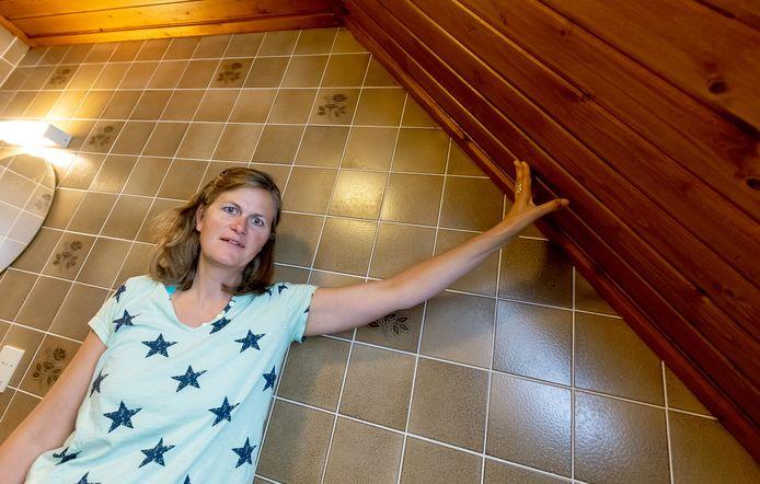 Mirja Kits in de badkamer. Een volgend project om het bruin weg te halen, goed te isoleren en energiezuiniger te maken.