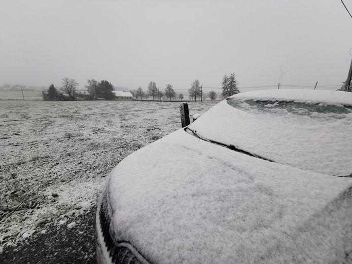 De eerste sneeuw legt een flinterdun tapijt over de velden in Halle.