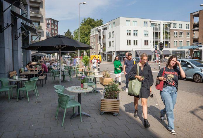 Op de hoek van de Catharinastraat en de Vlaszak staan de terrassen van Bagels & Beans tot ver op het trottoir.