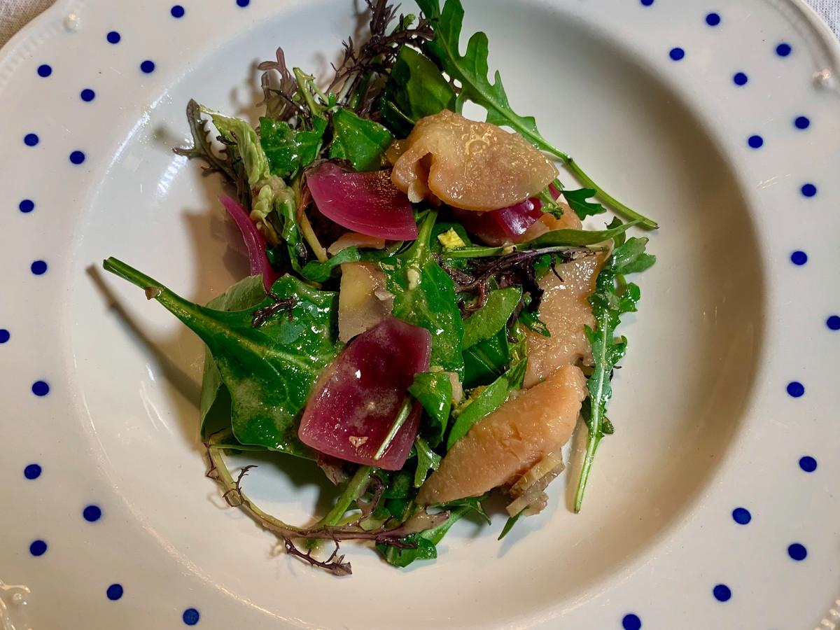 Salade met kastanje, kweepeer en zoetzure rode ui.