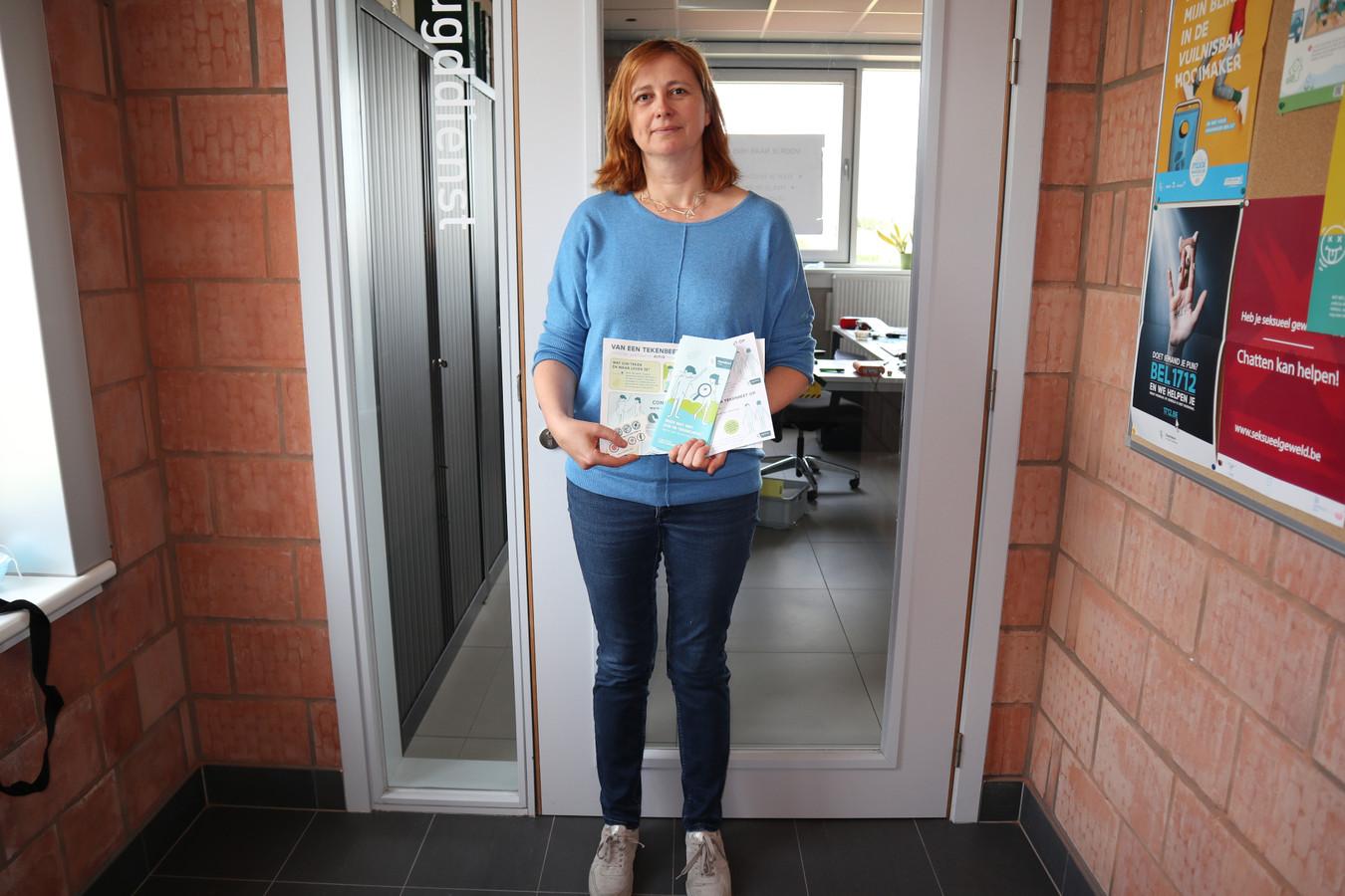 Roos Lambrecht met het campagnemateriaal.
