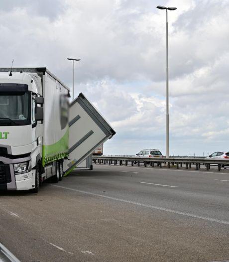 Vrachtwagencombinatie valt om op A16 richting Breda, de weg is weer vrij