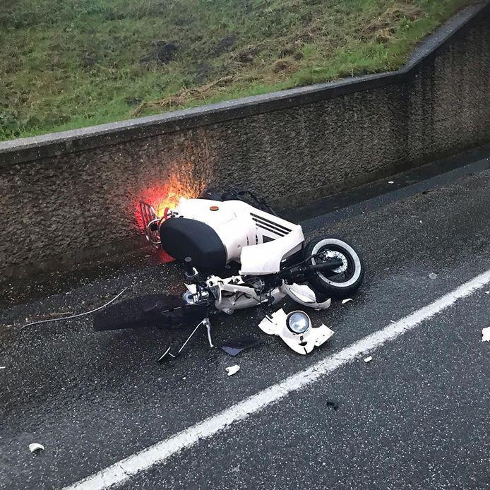 De scooter van Ite Toelstra heeft veel schade na het ongeluk.