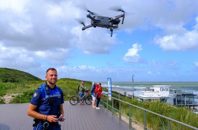Pieter Passenier laat zijn drone opstijgen op het duin bij Domburg.