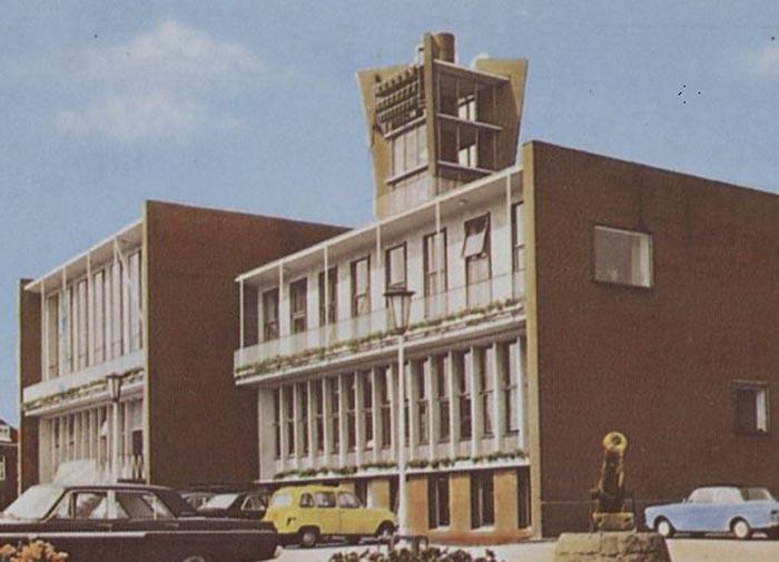 Een oude ansichtkaart van het gemeentehuis van Boxmeer met bovenin de toren het carillon.