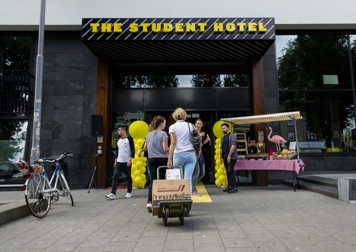 Studenten checken in bij het studentenhotel in Rotterdam.